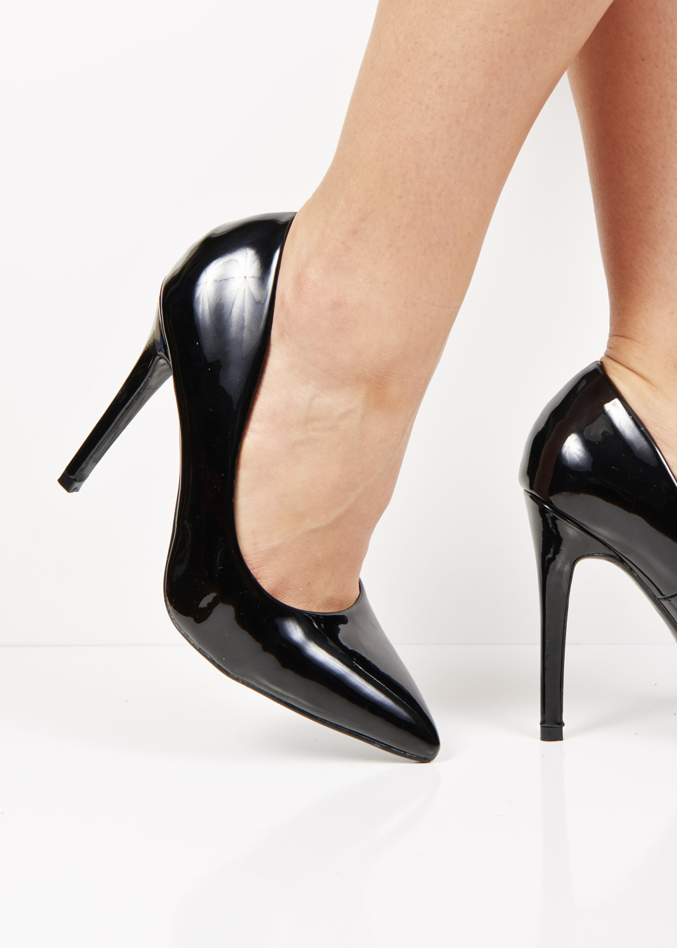 6689 Black patent pointed toe court